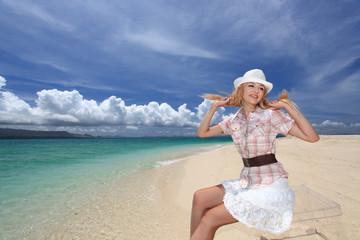 真夏の休日を海辺で過ごす女性