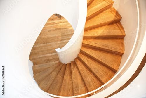 weisse Wendeltreppe mit Holzstufen