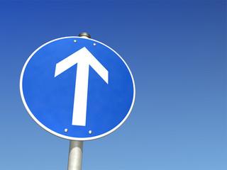 Schild vorgeschriebene Fahrtrichtung geradeaus