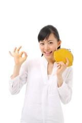 財布を持つ女の子
