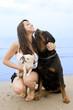 rotweiler, chihuahua et jeune femme sur la plage