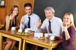 Geschäftsleute halten Daumen hoch im Café