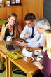 Geschäftsleute machen Besprechung im Café
