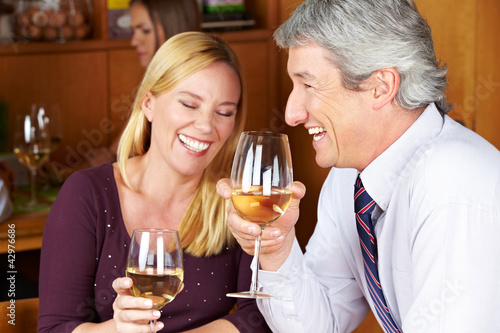 Senioren trinken Wein im Restaurant