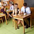 Geschäftsleute sitzen im Café