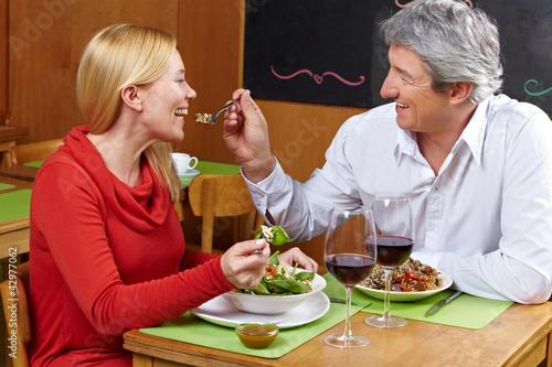 Mann lässt Frau von Gabel kosten