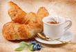 Caffè con cornetti freschi e mirtilli