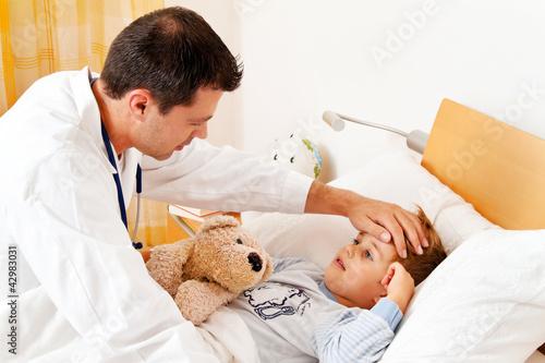 Arzt bei Hausbesuch. Untersucht krankes Kind.
