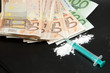 Spritze, Geldscheine und Drogenpulver, Kokain