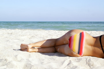 Frau im Sand am Meer