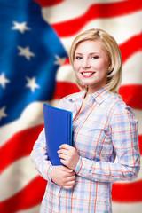 Frau vor USA-Flagge