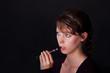 Junge Frau mit elektrischer Zigarette
