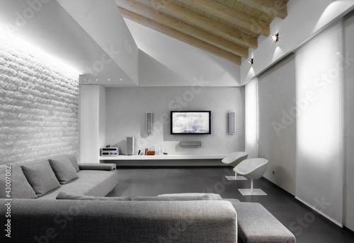 Foto: divano in tessuto grigio nel soggiorno moderno