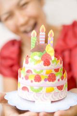 バースデーケーキと喜ぶ女性