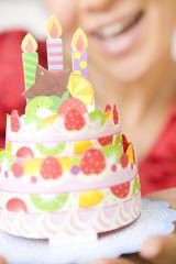 バースデーケーキと嬉しそうな女性