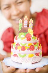 ケーキと喜ぶ女性