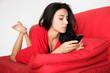 Frau schreibt sms