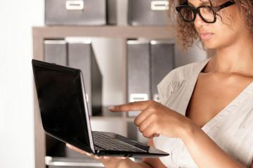 Büroangestellte mit Notebook