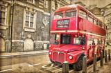 Czerwony autobus na postarzałej fotografii - 43019039