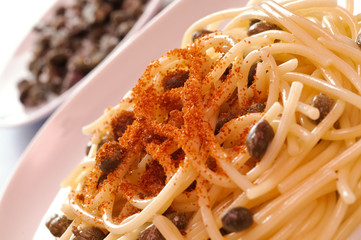 Spaghetti con bottarga e capperi - close-up