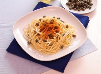 Spaghetti con bottarga e capperi