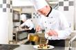 Koch in Restaurant oder Hotel Küche beim kochen