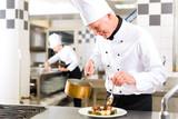Fototapety Koch in Restaurant oder Hotel Küche beim kochen