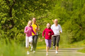 Familie joggt als Sport in der Natur