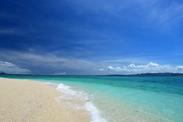 南国沖縄のきれいなビーチと夏空