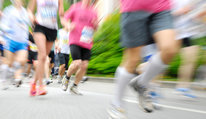 Viele Läufer beim Wettlauf, mit Zoom-Unschärfe