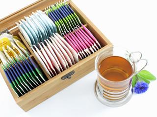 Tasse Tee mit Teebox