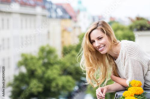 Frau am Hotelbaklon
