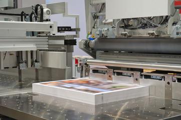 Schneidemaschine in einer Druckerei