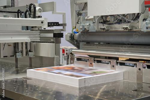 Schneidemaschine in einer Druckerei - 43051807