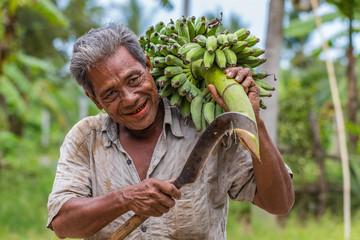 Asiat mit Bananenstaude