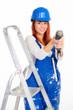 heimwerkerin arbeitet mit akkuschrauber