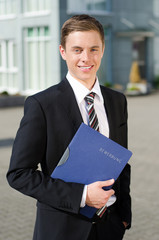 junger mann auf dem weg zum vorstellungsgespräch