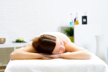 junge frau entspannt sich im massagesalon
