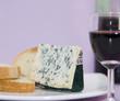 Rotwein, Weißbrot und Käse
