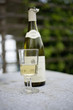 Bouteille et verre de vin blanc en extérieur