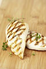Escalope de poulet grillé