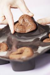 Démouler les coeurs fondants au chocolat