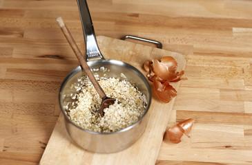 Ajouter l'oignon au risotto et mélanger