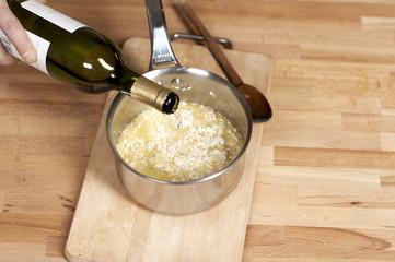 Ajouter le vin blanc au risotto