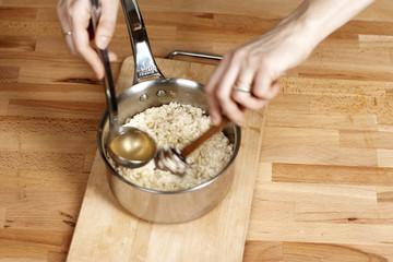 Ajouter le bouillon au risotto