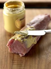 Badigeonner de moutarde le filet mignon