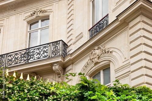 Leinwanddruck Bild Haus mit Garten in Paris