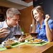 Lachendes Paar im Restaurant