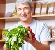 Landwirt verkauft Gemüse im Hofladen
