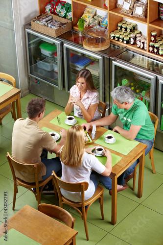 Gruppe gemeinsam im Café